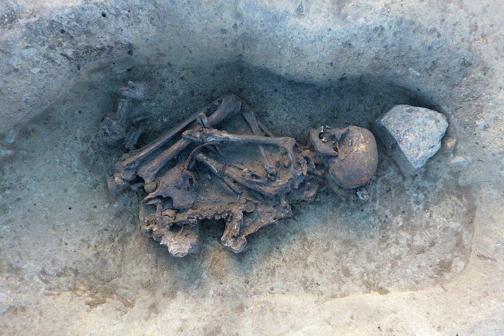 Na staveništi u Vražkova objevili archeologové řadu pravěkých hrobů.