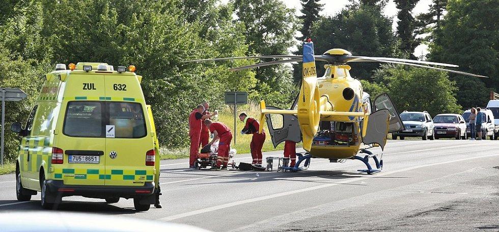 Vrtulníky musely přistát na silnici, kde se proto zastavil provoz
