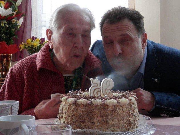 V úterý oslavila v libochovickém domově důchodců 95. narozeniny Jindřiška Dudová.