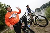 Nadace ČEZ darovala popálenému klukovi z Litoměřic jízdní kolo.
