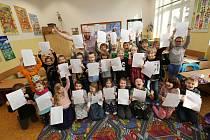 Žáci první třídy Masarykovy školy v Litoměřicích dostali ve čtvrtek pololetní vysvědčení.