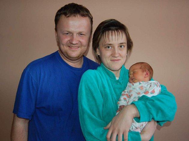 Mamince Pavlíně Procházkové z Lovosic se 7. 2. ve 12.45 narodila dcera Kateřina Procházková (53cm, 3,55kg). Na snímku s otcem Petrem Procházkou.