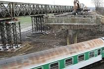 Z POČEPLICKÉHO MOSTU již zbylo pouze torzo. Chybějící nosná konstrukce však usnadnila dopravu na železnici pod mostem. Vlakvedoucí se již nemusejí obávat srážky s padajícím kusem mostu, jak tomu bylo doposud.