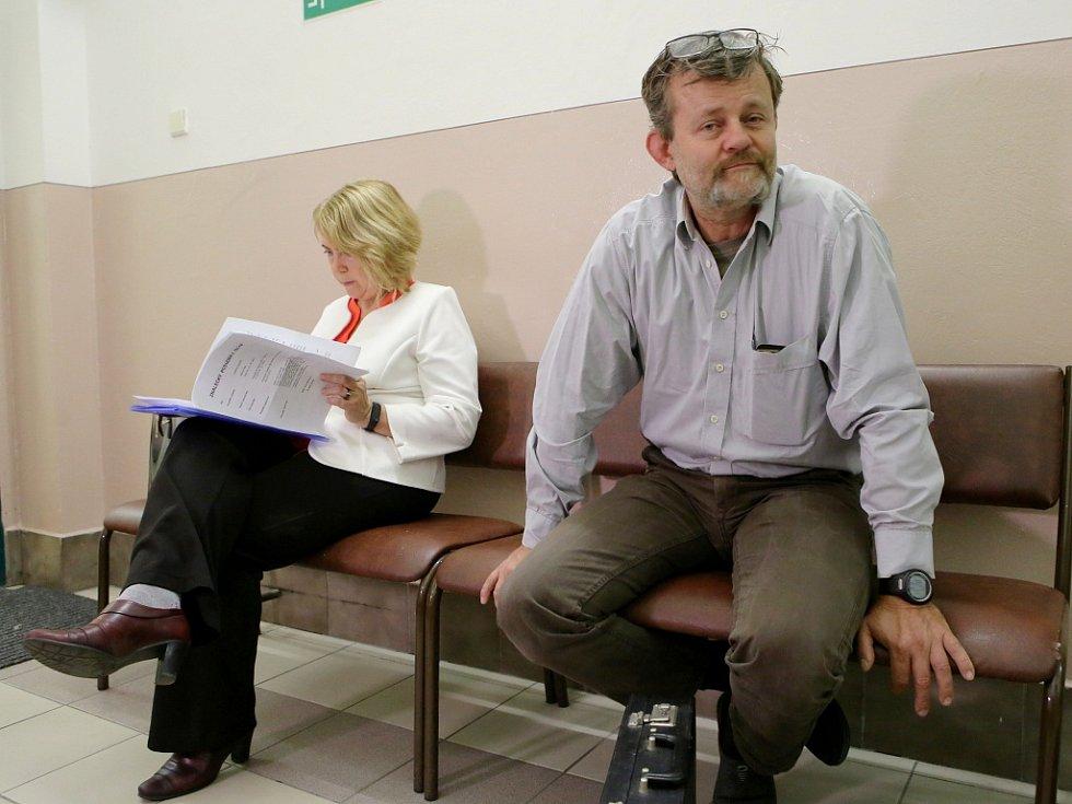 Preparátor ze Srdova Michal Fišer u soudu. Obžalovaný byl z trávení zvířat zakázaným jedem karbofuranem a nedovoleného ozbrojování.