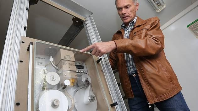 MĚŘÍCÍ STANICI oxidů dusíku a polétavého prachu má už od loňska město Roudnice nad Labem. Tehdy stanici představil Vladimír Drož.