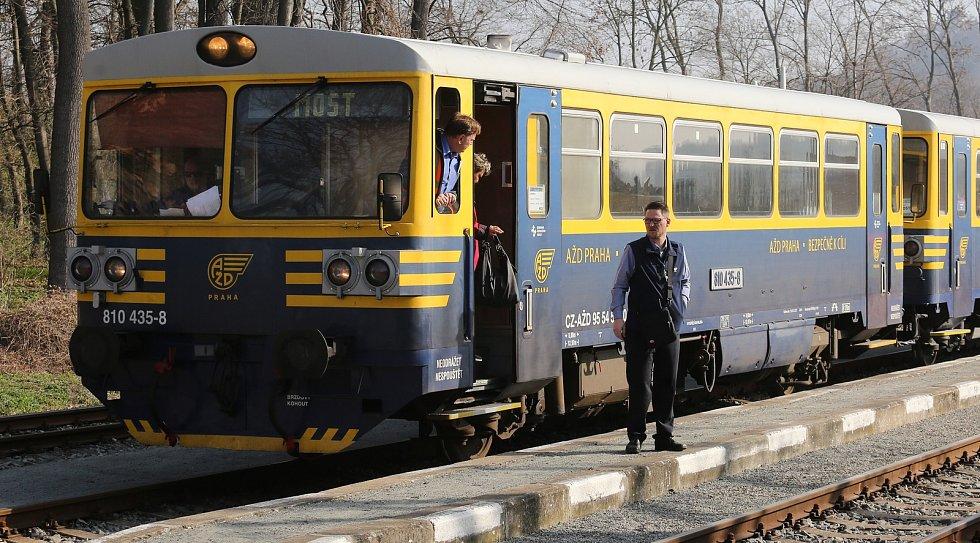 Po půl roce opět vyjel na trať Švestkové dráhy z Lovosic do Mostu motorový vlak, který bude pravidelně o víkendech vozit oběma směry turisty.