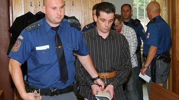 V pondělí bylo zahájeno u Okresního soudu v Litoměřicích hlavní líčení ve věci vykrádání hrobů a hanobení lidských ostatků.
