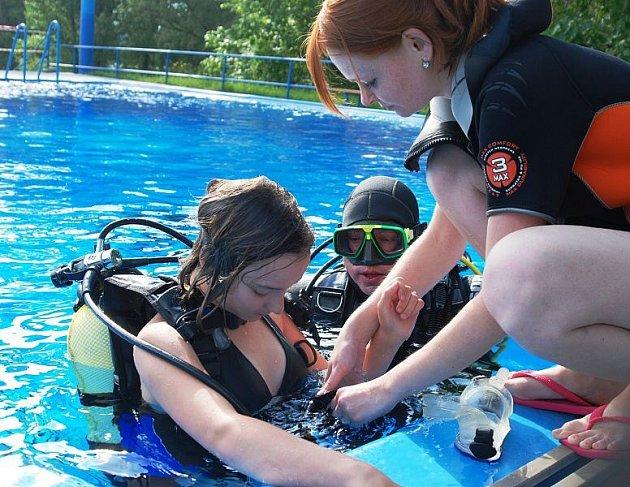Kristýna Budínová patřila mezi děti, které si i přes chladné počasí oblékly potápěčskou výstroj a ponořily se na dno bazénu.
