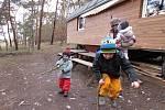 Děti z vědomické lesní školky tráví většinu času v přírodě, zázemí jim poskytla maringotka.