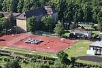 POHLED Z VRTULNÍKU. Ve sportovním areálu Masarykovy základní školy Litoměřice se na dopředu nakreslenou číslici 80 ve středu ráno postavilo na pět set dětí a dospělých.