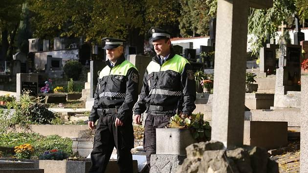 MĚSTŠTÍ POLICISTÉ v Litoměřicích vyrazili na obhlídku hřbitova také v pondělí.