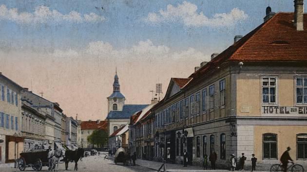 POHLED na lovosickou ulici 8. května a budovu dnešního Lovoše, dříve hotelu Zur Eisenbahn. Název Češi překládali jako U Dráhy. V pozadí kostel svatého Václava.