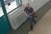 Policie pátrá po totožnosti tohoto muže. Našla záběr, kde nemá nasazen respirátor