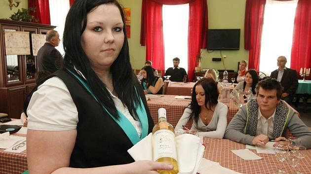 Znát víno učil studenty zkušený sommelier