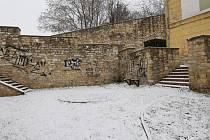 Sprejeři pomalovali historické parkány v Litoměřicích