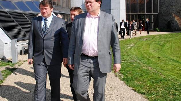 Alexandr Vondra si společně s hejtmanem Ústeckého kraje Jiřím Šulcem prohlédli litoměřický dům kultury, kde v příštím roce proběhne jednání ministrů dopravy.