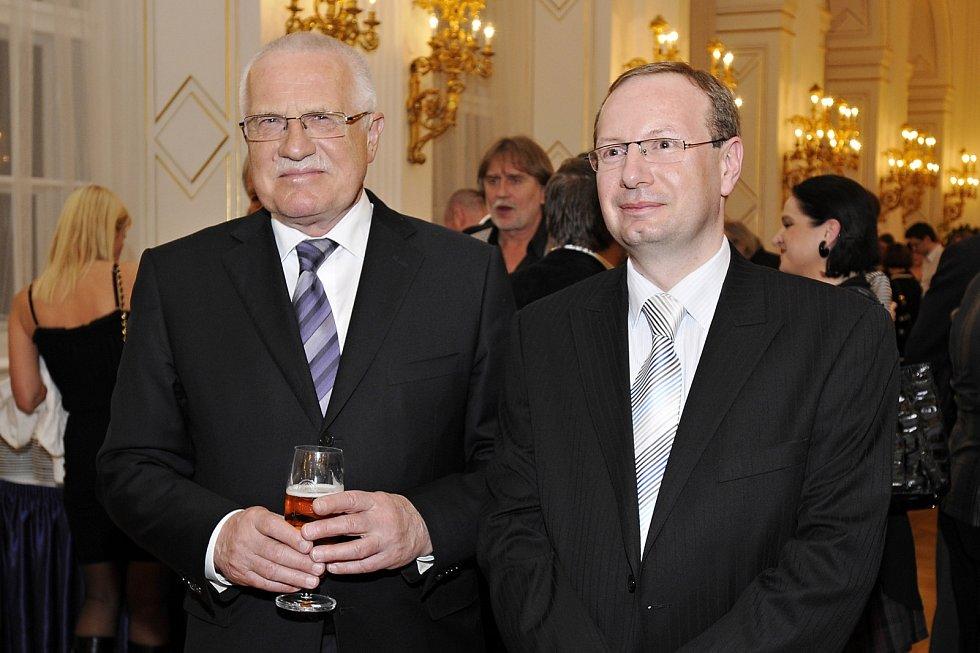 Překladatel a tlumočník Tomáš Kurka (vpravo) s Václavem Klausem