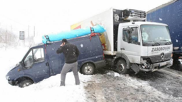 Nehoda u Malých Žernosek na silnici I/30 z Lovosic do Ústí nad Labem.