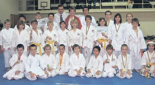 DAŘILO SE. Mladým karatistům lovosického střediska Shotokan Klubu Rajchert Sport Union se při Vánočním poháru v Ústí dařilo, odvezli si několik cenných kovů. V jejich sbírce nechyběla ani zlatá medaile.