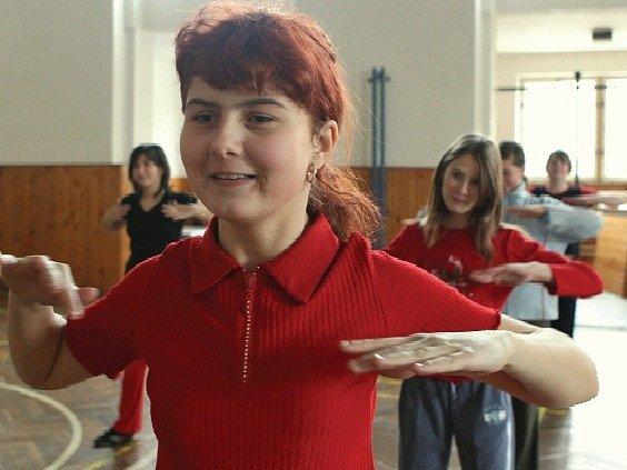 Žačky 7. třídy libochovické ZŠ v úterý cvičily při hodině tělesné výchovy v tělocvičně TJ Sokol, která je od školy vzdálena asi tři sta metrů.