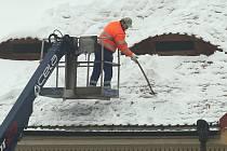 Úklid sněhu ze střech domů v Litoměřicích.