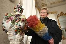 A PLOSKOVICKÉM ZÁMKU se uklízí. Zbývá však již jen několik detailů a turisté mohou přijít. První návštěvníci vstoupí do vestibulu zámku již 27. března. Bude zde Velikonoční výstava.