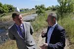 Na spoušť v Rohatcích se přijel v červnu podívat ministr životního prostředí Richard Brabec.