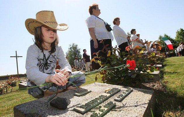 Stovky příznivců Komunistické strany Čech a Moravy se sešly v sobotu dopoledne na Národním hřbitově v Terezíně k uctění památky umučených a zabitých lidí ve zdejším židovském ghettu a Malé pevnosti.