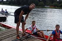 Mladí veslaři Slavoje s Ondřejem Synkem