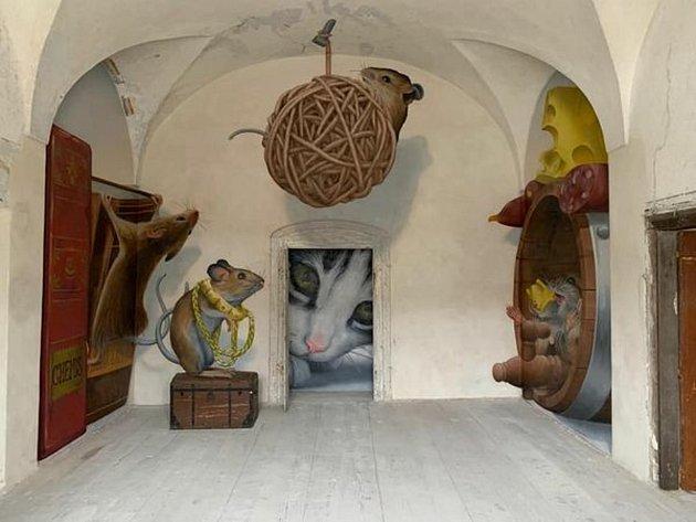 První zněkolika místností budoucího muzea mural Artu vencovanském zámku se vuplynulých týdnech ujal přední streetartový umělec spřezdívkou ChemiS. Vytvořil tam iluzi hrajících si myší, které dveřmi pozoruje kočka. Foto: archiv Chateau Encovany