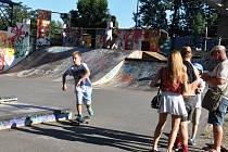 SAVE-SKATE. Zábavného odpoledne se poslední prázdninovou sobotu zúčastnily asi dvě stovky mladých lidí. Někteří z nich neváhali a předvedli na skatu své umění.