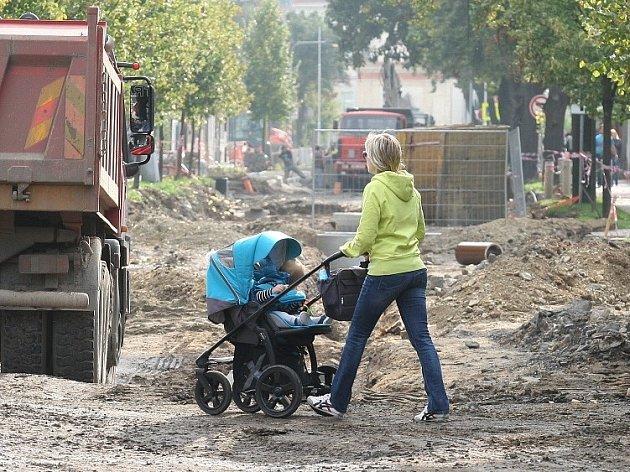 Rekonstrukce Aleje 17. listopadu pokračuje.