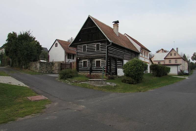 V Chotiněvsi je řada historických stavení. Obec je proto na seznamu vesnických památkových zón.