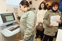 PŘIŠLI V PONDĚLÍ. Fronty na úřadu práce sice jsou, ale podle očekávání se nějaké razantní propouštění v Litoměřicích zatím nekoná. Přesto měli úředníci kvůli větším počtům nově příchozích uchazečů o zaměstnání více práce než jindy.