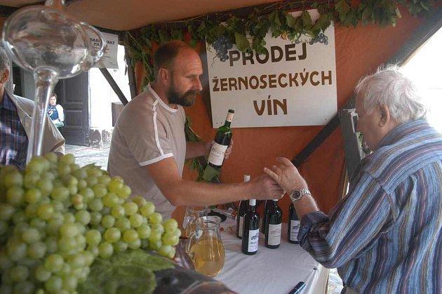 Na vinobraní na Litoměřicku nemůže chybět stánek s vínem z Velkých Žernosek.