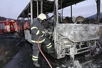 U Třebívlic shořel autobus.