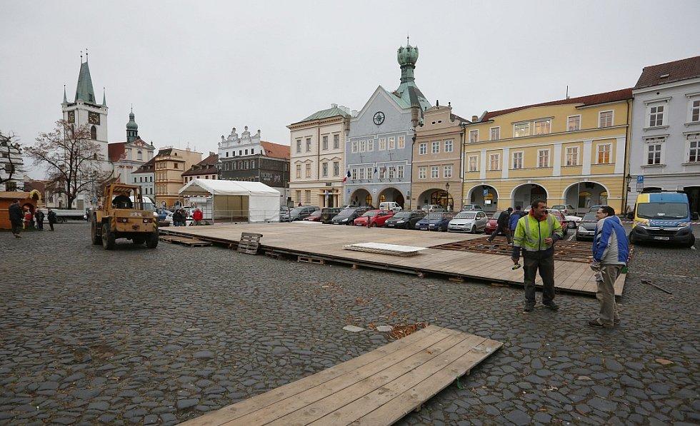 Dělníci připravovali rovnou plochu, na kterou následně skládali panely, které budou sloužit jako kluziště.