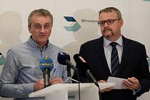 Brífink Ministerstva dopravy ČR (ministr Dan Ťok vpravo)