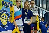 Anežka Součková (vlevo) na stupních vítězů.