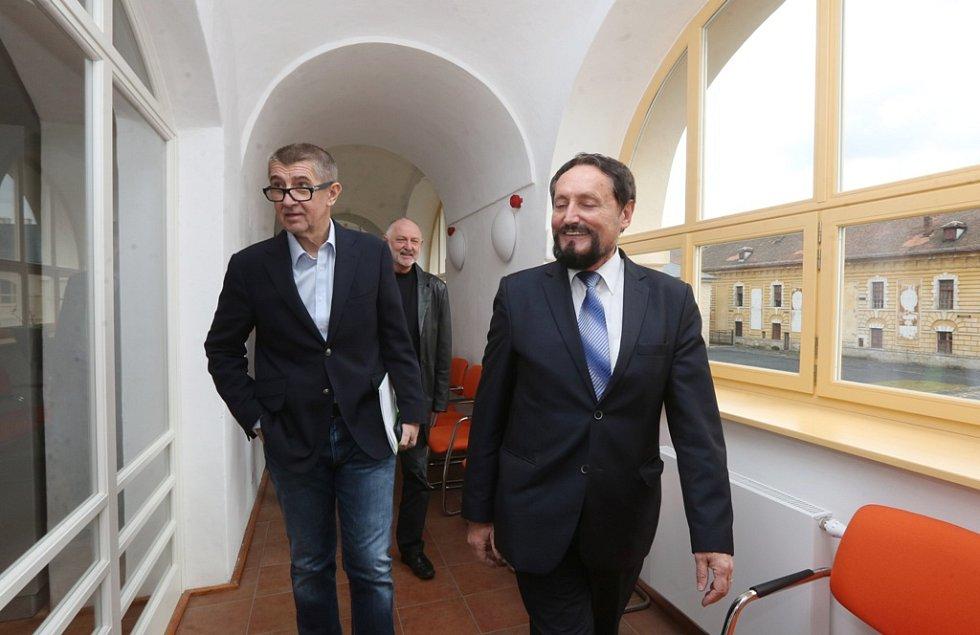 Andrej Babiš navštívil Terezín. Prošel si tamní obchody a besedoval na Vysoké škole aplikované psychologie.