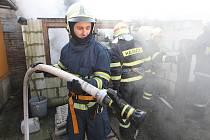 HASIČI požár uhasili, ze stavby se však zachránily pouze obvodové zdi.