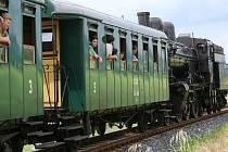 Švestkovou dráhu zahalil rozplývající se kouř s nezaměnitelnou vůní parního vlaku.
