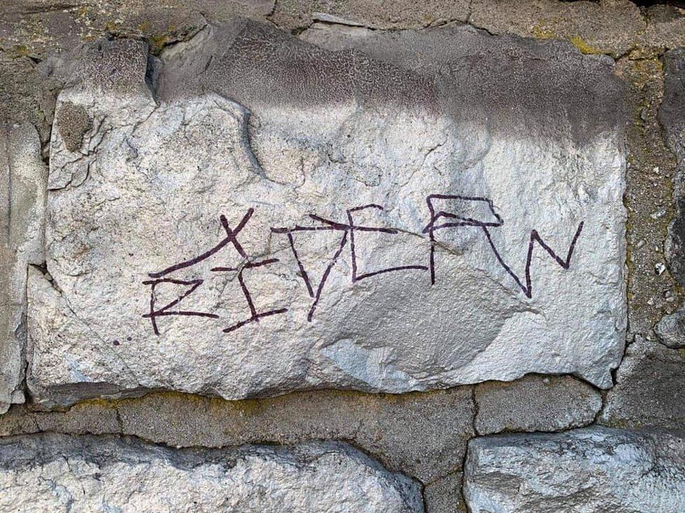 Mobiliář v podobě laviček, informačních tabulí, dopravních značek nebo odpadkových košů, rozmístěný ve Velkých Žernosekách se v uplynulých dnech stal cílem zatím neznámých vandalů.