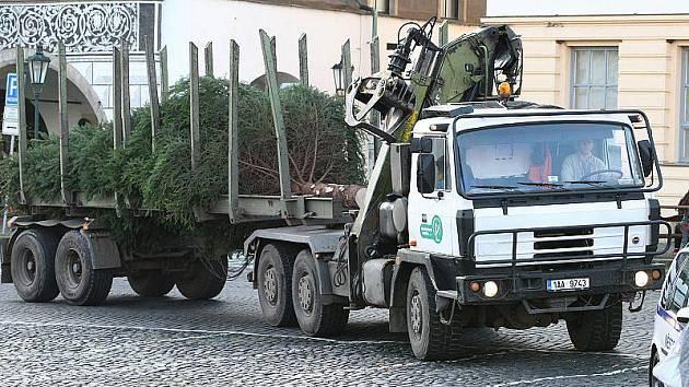 Cesta vánočního stromu v Litoměřicích na Mírové náměstí.