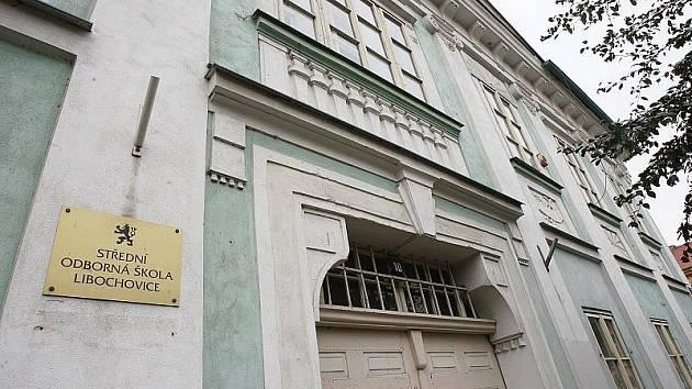 PRÁZDNÁ ŠKOLA. Budova libochovické střední školy, která je přímo na náměstí, je od 1. 7. prázdná. Žáci se do ní už nevrátí.