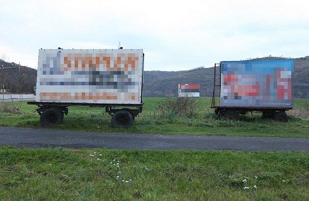 ZASAHUJE DO OCHRANNÉHO PÁSMA. Reklamní poutač, neboli billboard, stojí na nevhodném místě. Kdyby ale byl poutač na kolečkách umístěn až 50metrů od silnice, možná by byl legální.