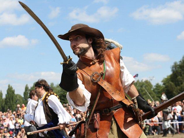 Loňské pirátské bitky přilákaly stovky diváků.