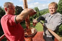 V pátek proběhlo v Milešově slavnostní vložení vzkazu pro budoucí generace do tubusu a uložení do báně věžičky na altánu v zámeckém parku.
