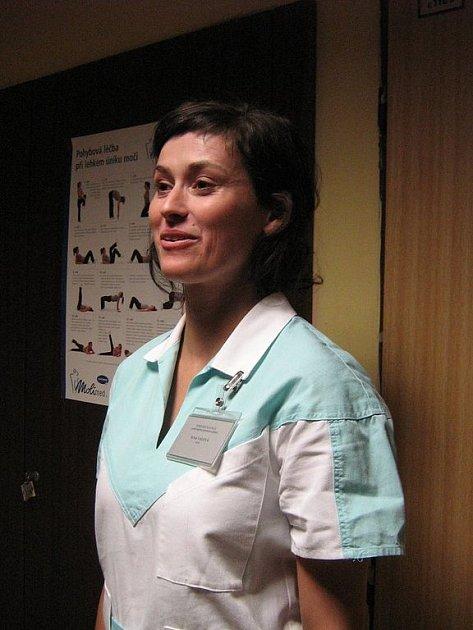 Sestřičku hraje Lucie Štěpánková.