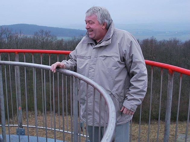V úterý byla zkolaudována nová rozhledna u Chotiněvsi. Na snímku je na vrchu rozhledny starosta Chotiněvsi Milan Klepsa.